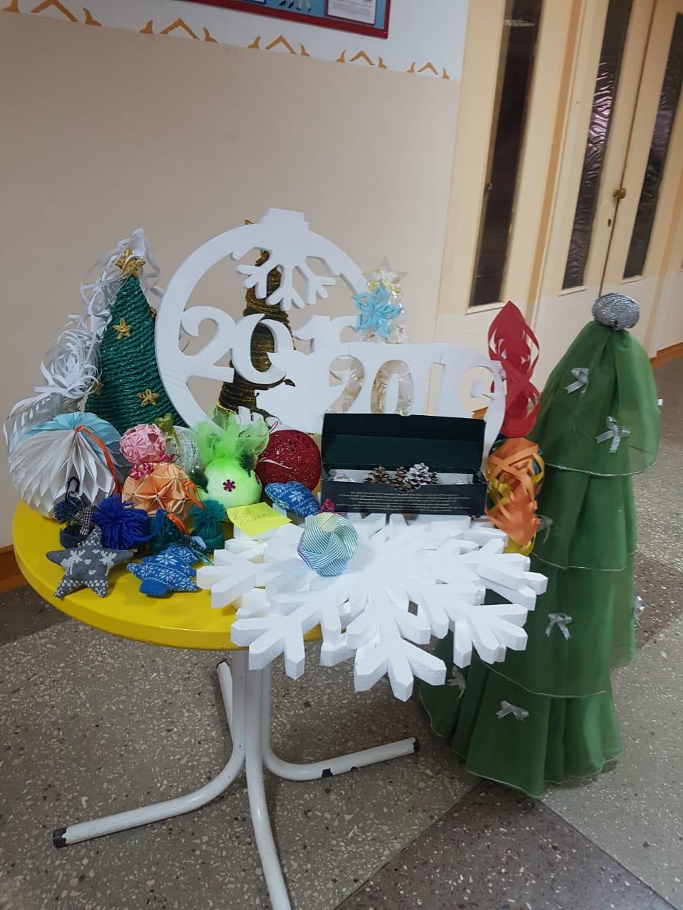 в МБОУ «СШ №2» прошла благотворительная выставка «Новогодняя елочка»